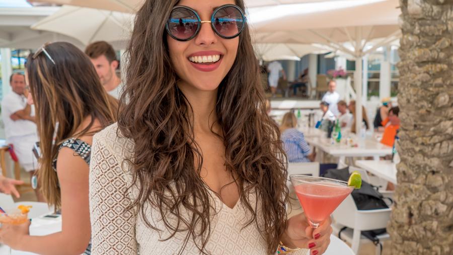 Restaurante Juan y Andrea en Formentera. Chica disfrutando de un coctel
