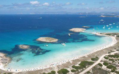 Playa de aguas cristalinas y agua fina en Formentera. La mejor playa del mar Mediterráneo