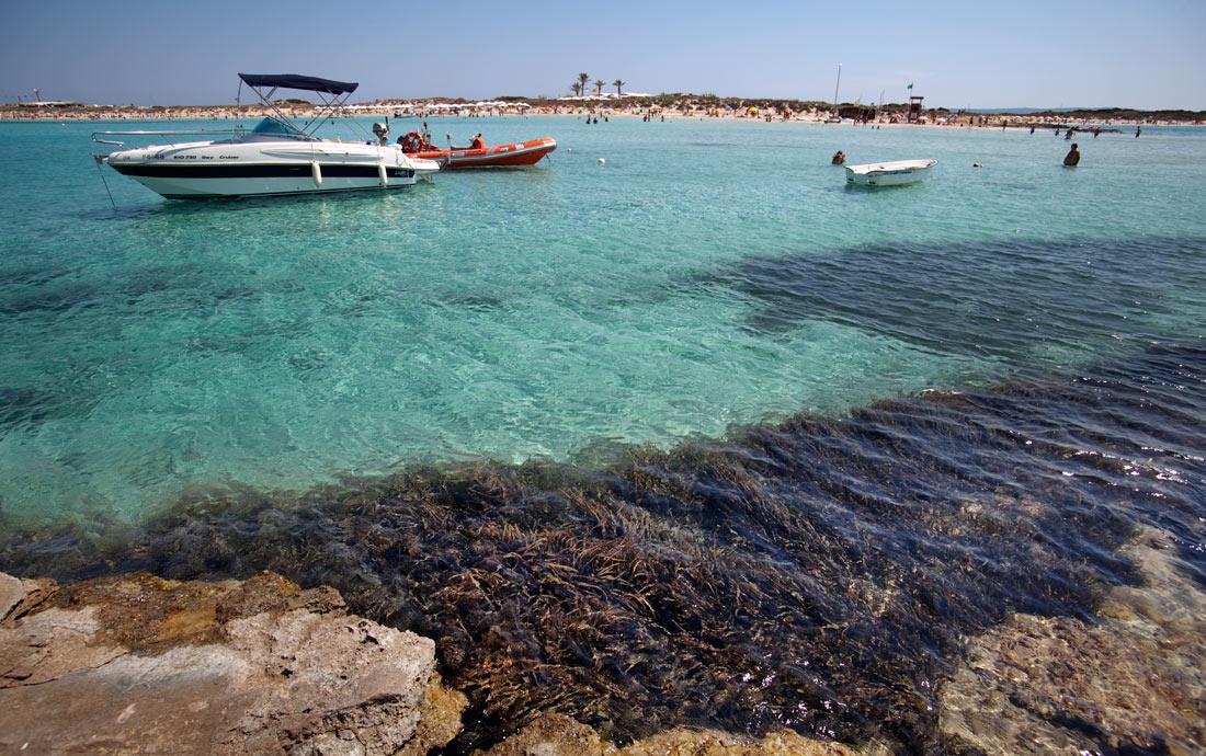 Restaurante Juan y Andrea en Formentera. Barcos en la Playa de Illetes
