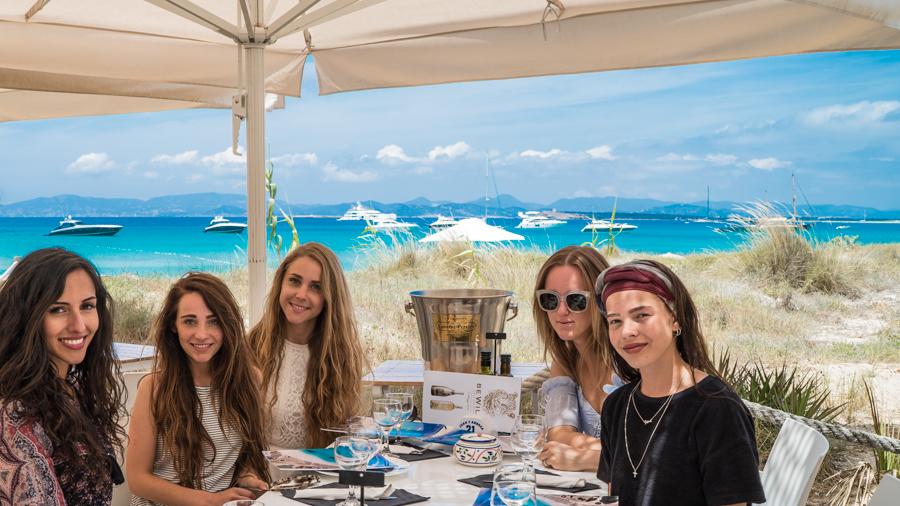 Restaurante Juan y Andrea en Formentera. Chicas comiendo en la terraza