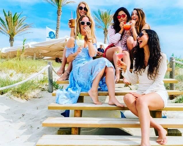 Restaurante Juan y Andrea en Formentera. Chicas en la playa