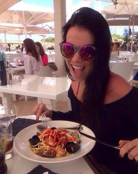 Restaurante Juan y Andrea en Formentera. Chica comiendo